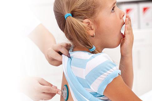 Девочка кашляет, ее осматривает доктор