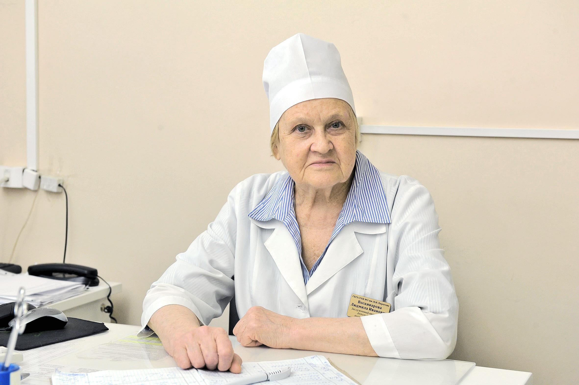 Доктор пожилая женщина