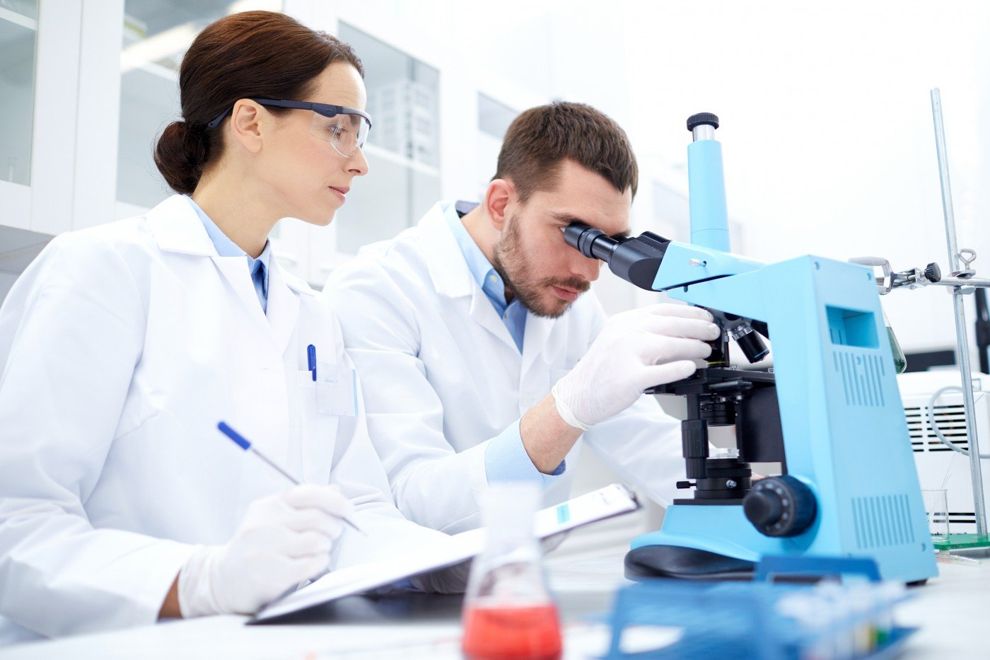 Доктора с микроскопом