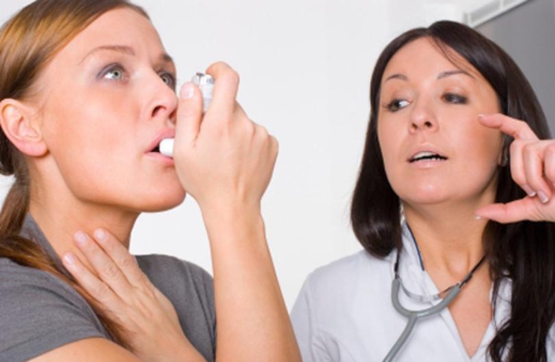 врач учит пациента пользоваться небулайзером