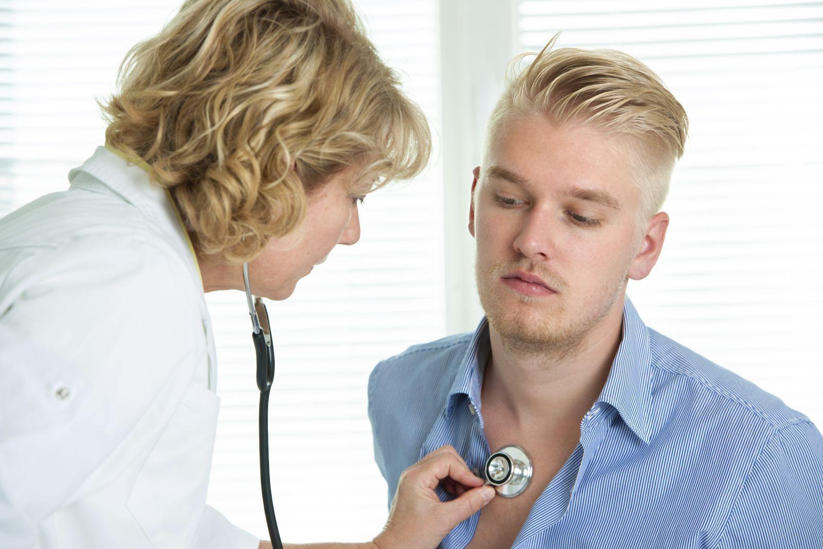 Доктор слушает мужчину