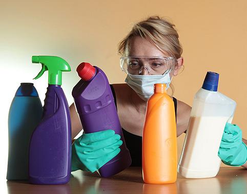 женщина с бытовой химией