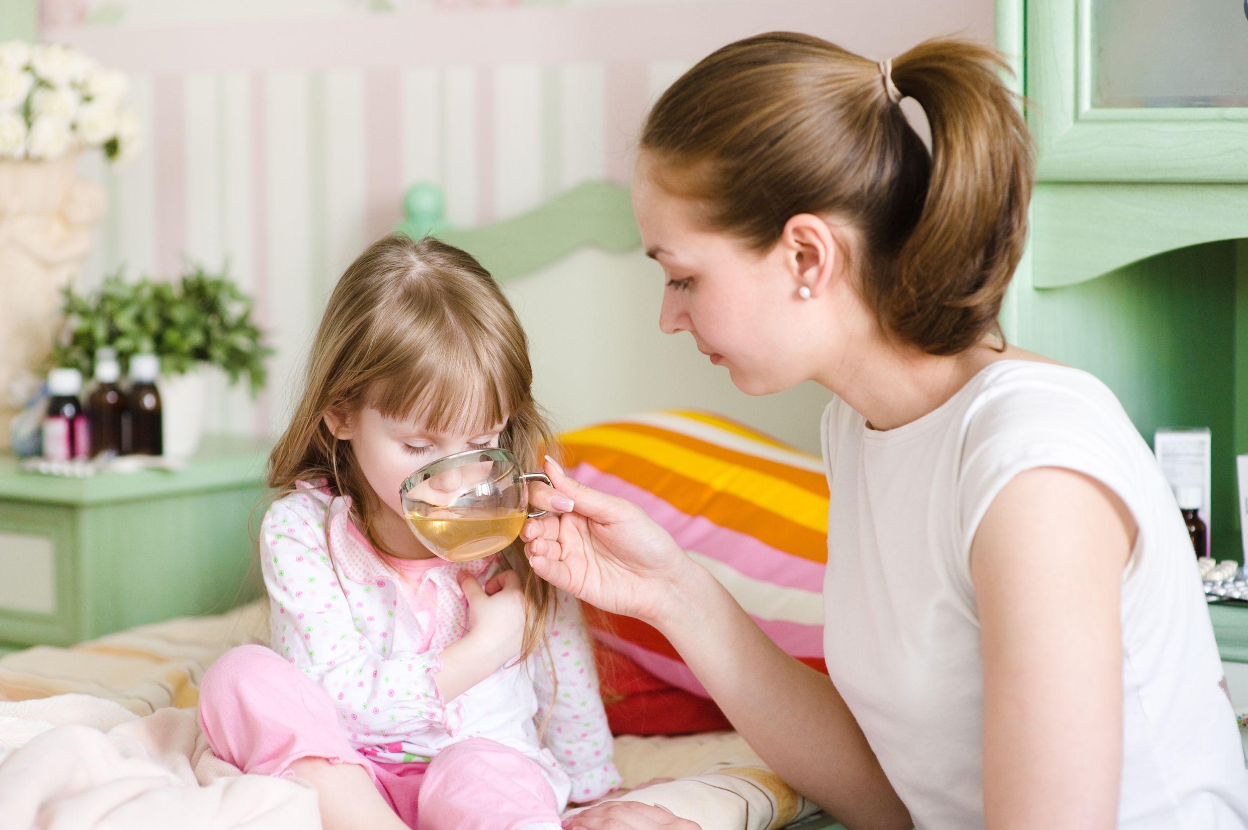 Девочка пьет лекарство