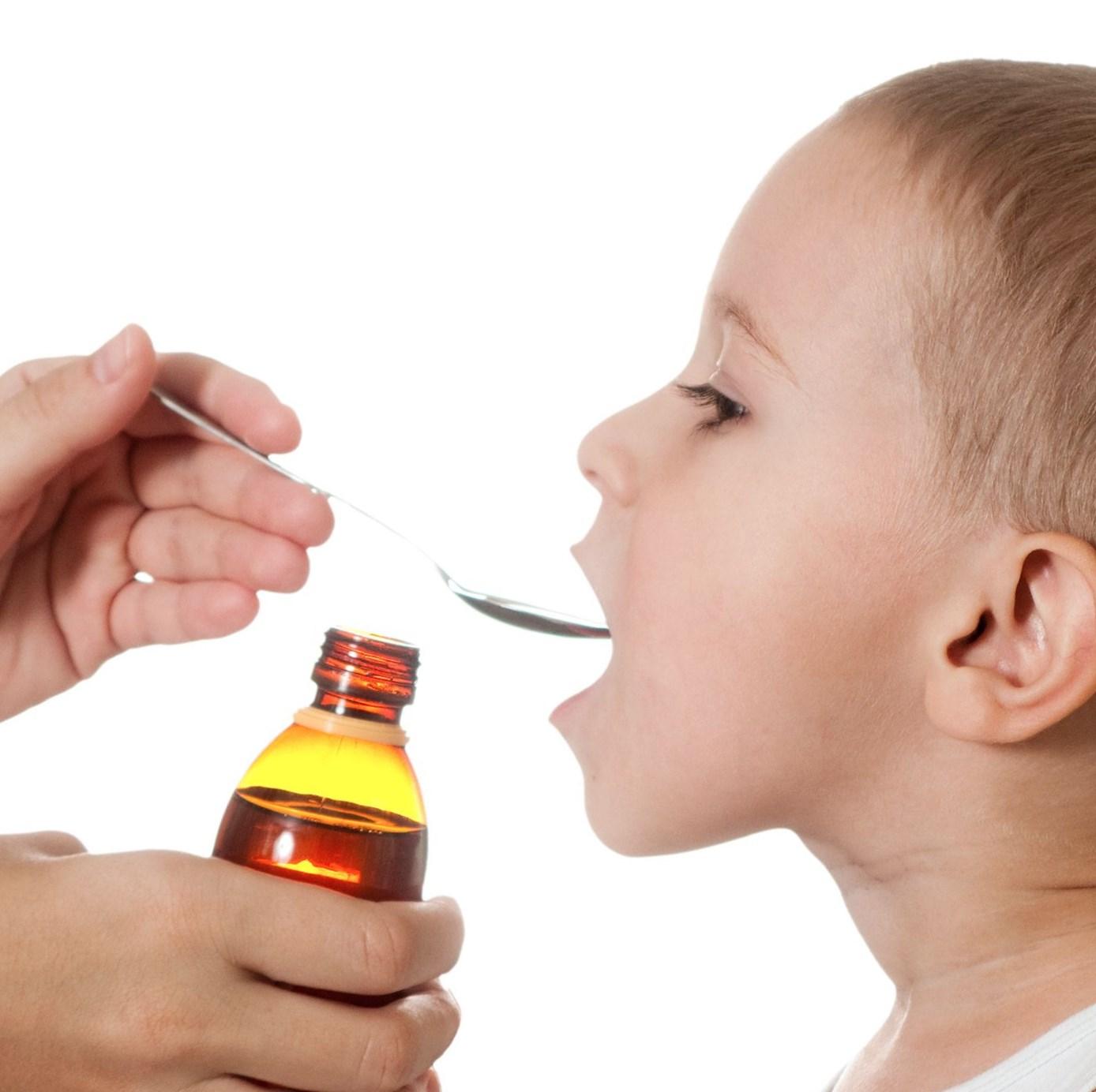 Ребенку дают сироп