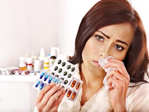 женщина держит лекарства