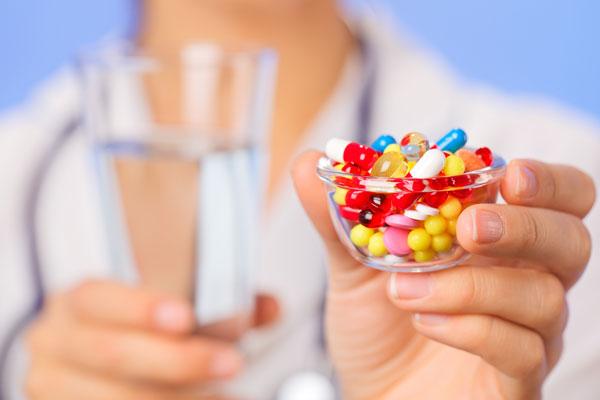 врач дает лекарства