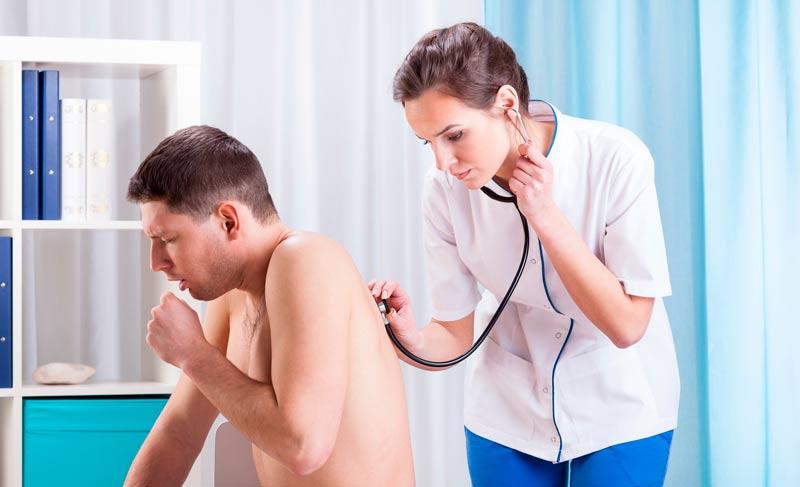 Мужчину слушает доктор