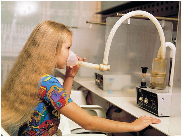 Девочка с прибором для проведения физиотерапии