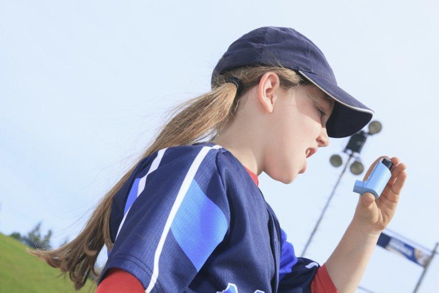 Девушка с ингалятором в спортивной форме