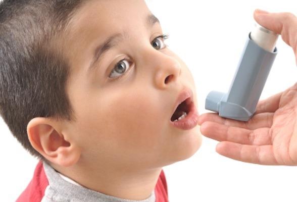 Ребенок с ингалятором