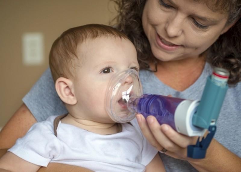 врач с ребенком с ингалятором