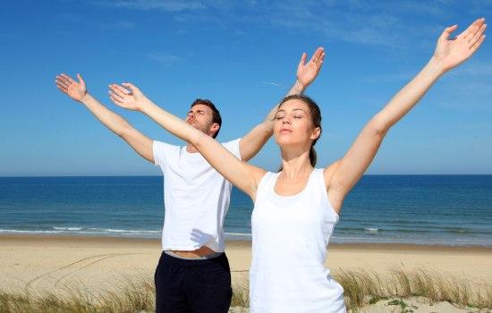 Люди выполняющие дыхательные упражнения