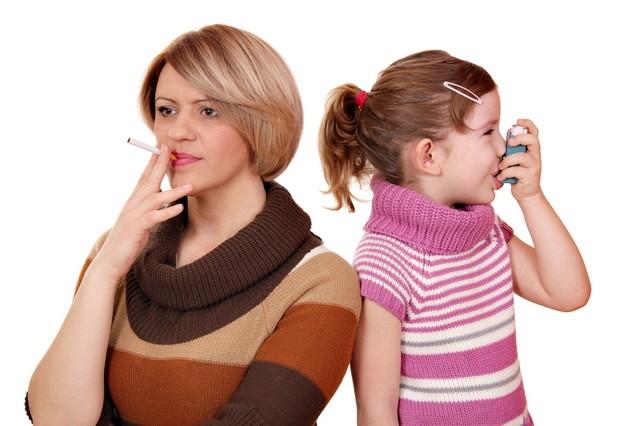 женщина курит и девочка с ингалятором