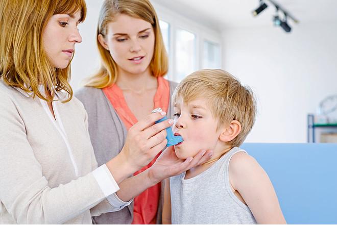 Женщина и врач с ребенком и ингалятором