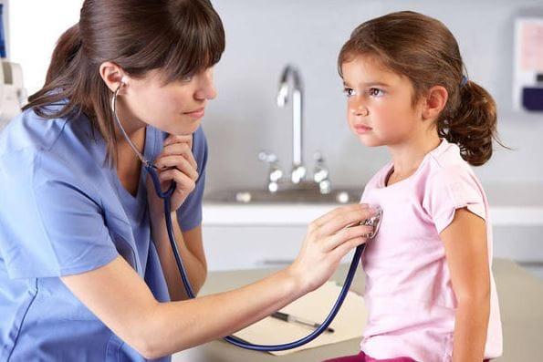 врач прослушивает девочку