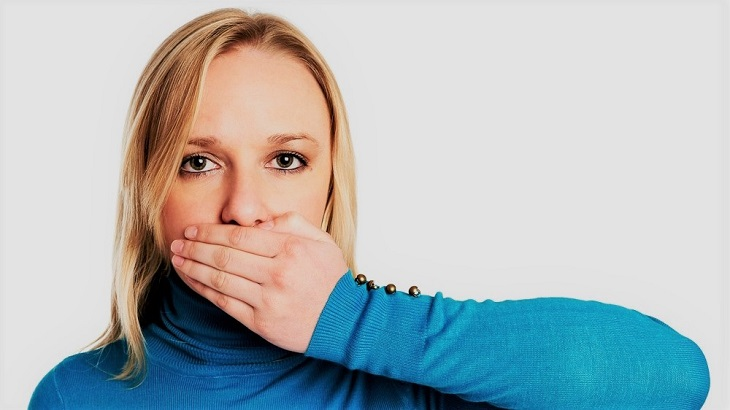 девушка с рукой у рта