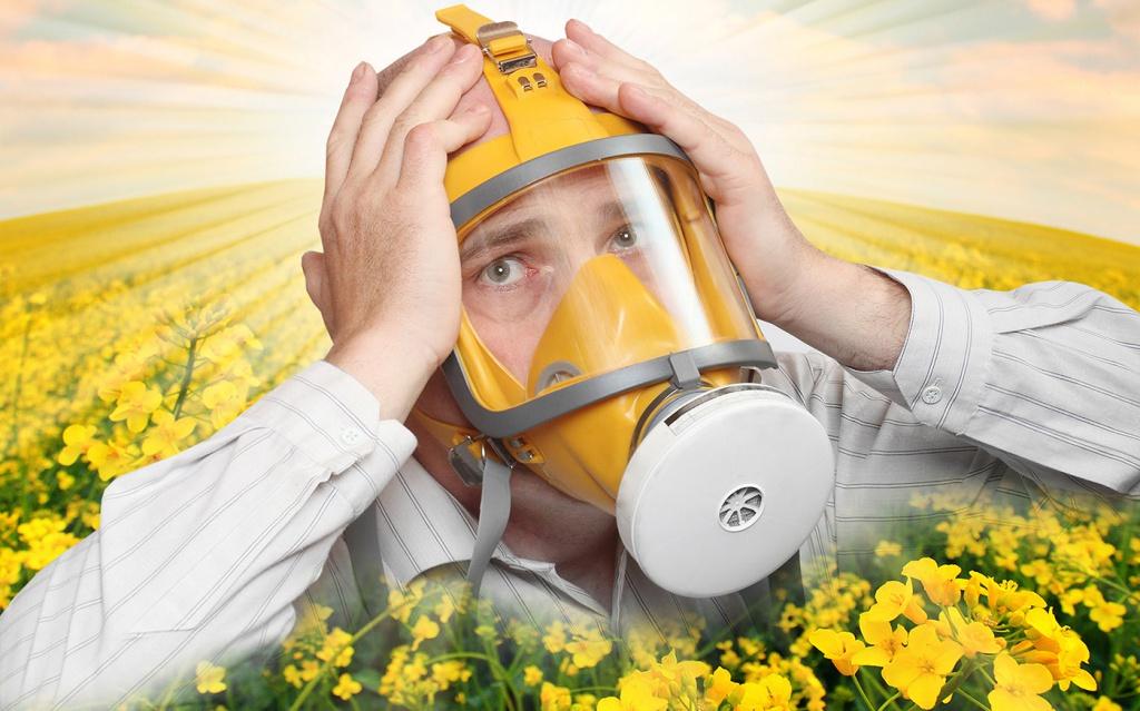 в маске в цветочном поле