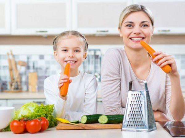 мама и дочь едят морковь