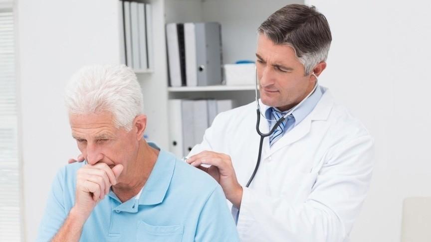 врач слушает мужчину
