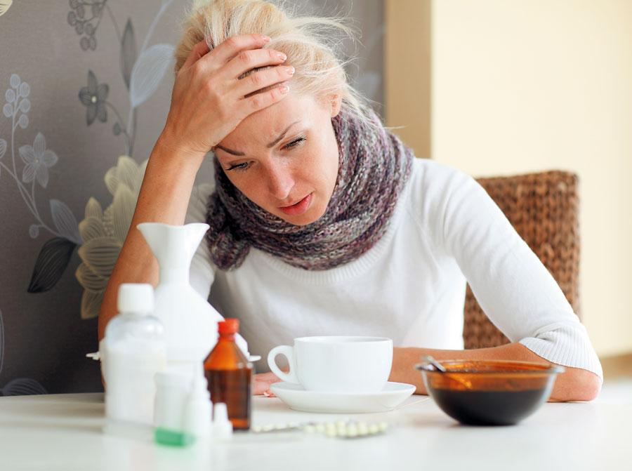 женщина с лекарствами от беспричинного покашливания