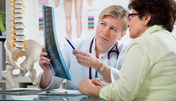 врач показывает рентген спины